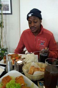 Das Essen mundete ihm sehr