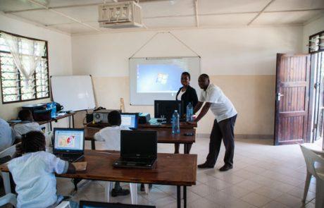 Fachlehrer blicken in die Klasse, im Hintergrund ist der Beamer zu sehen