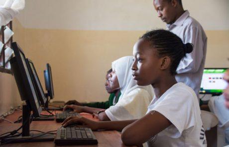 Mädchen arbeitet konzentriert am Computer