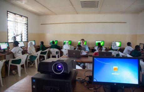 Master-PC mit Beamer, im Hintergrund alle Computerplätze