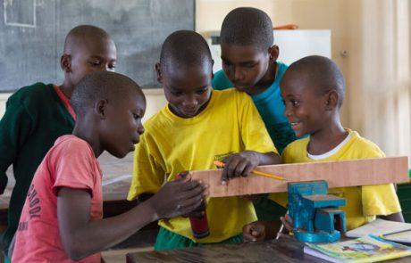 eine Gruppe von Schülern an der Bohrmaschine