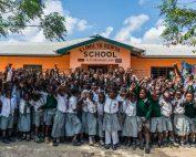 Schüler stehen vor der Elimu ya Kenya School