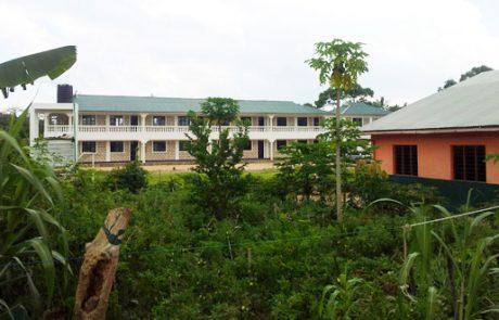 Schulgarten mit Schule im Hintergrund