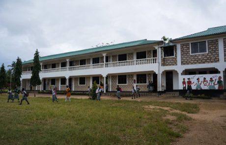 Schulgebäude, rechts die Toiletten