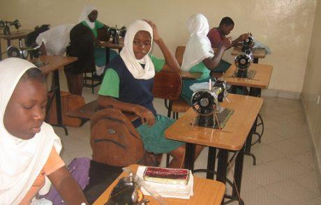 Mädchen arbeiten an Nähmaschinen im Unterricht