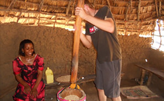 Patrick Irmer in Kenia, Handarbeit, Alltag erleben