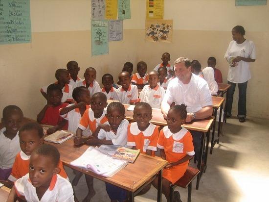 Herr Vogel sitzt in einer Schulklasse der Elimu ya Kenya School