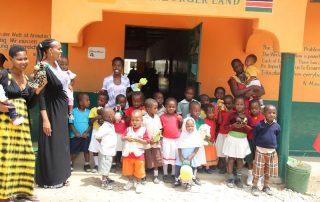 Kindergartengruppe in Elimu ya Kenya School